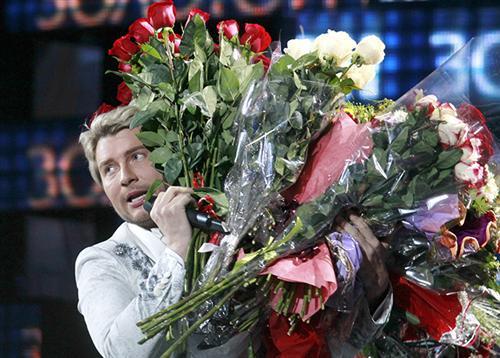 Николай Басков на сцене с цветами