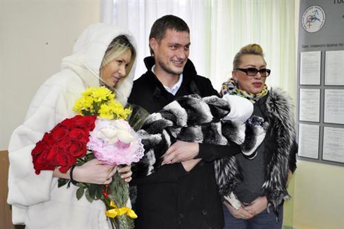 Саша Задойнов встречает Элину Камирен из роддома