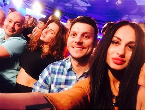 Лера Фрост с Максимом Рожковым и другими участниками Дом-2