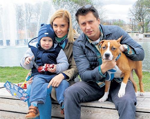 Агата Муцениеце с мужем Павлом Прилучным и сыном
