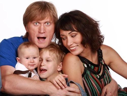 Андрей Рожков с женой и детьми