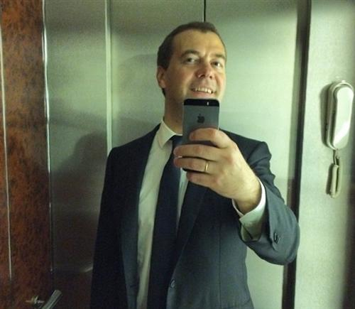 Селфи в лифте Дмитрия Медведева (лифтолук)
