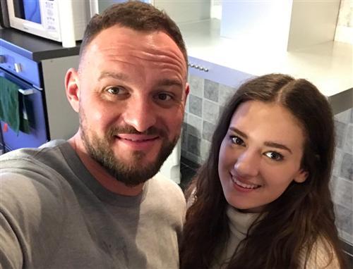 Участник шоу «Замуж за Бузову» Евгений Песенников с дочкой