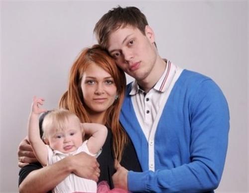 Модель фитнес бикини Мария Цкирия с мужем и дочкой