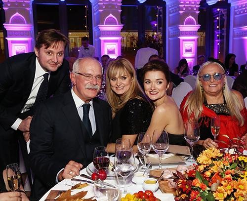 Режиссер Никита Михалков с женой Татьяной, дочерьми и сыном