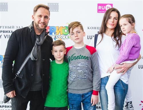Оскар Кучера с женой и детьми (фото)