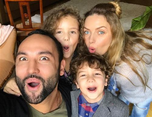 Сердар Камбаров с женой Анастасией Погудиной и детьми