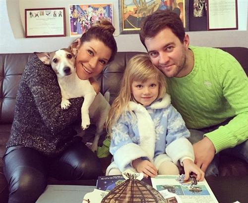 Екатерина Волкова с мужем, дочкой и собакой