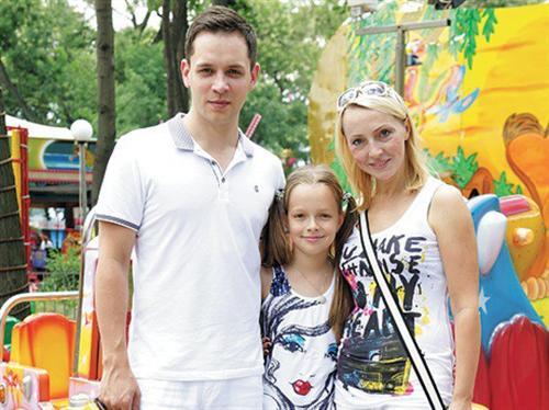 Александр Асташенок с женой и дочкой