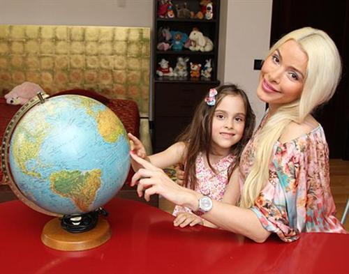 Алёна Кравец с дочкой