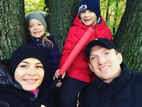 Андрей Бурковский с женой и детьми