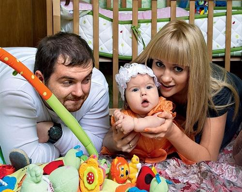 Аня Руднева и Паша Сердюк с дочкой