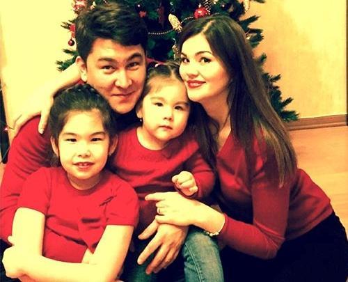 Азамат Мусагалиев с женой Викторией и детьми