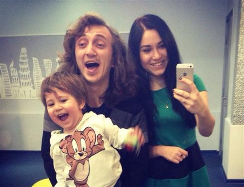 Денис Дорохов с женой Эльвирой и сыном Артёмом