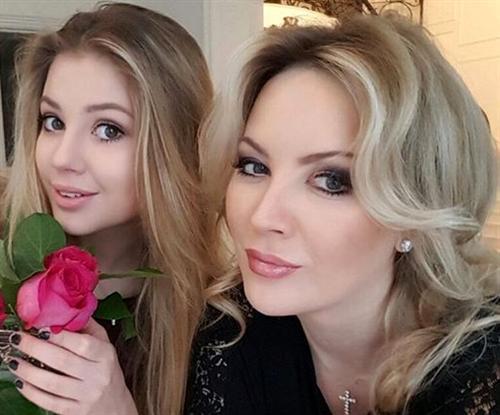 Ева Канчельскис с мамой Инной Михайловой
