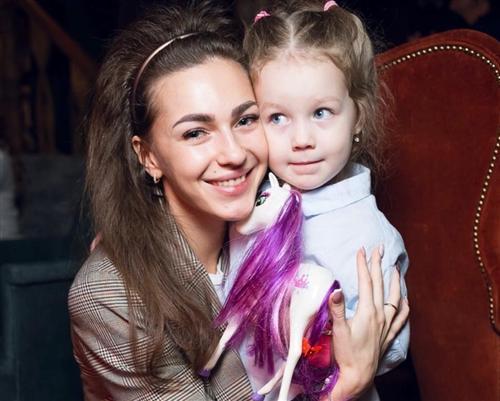 Евгения Майер из шоу «Песни» на ТНТ с дочкой