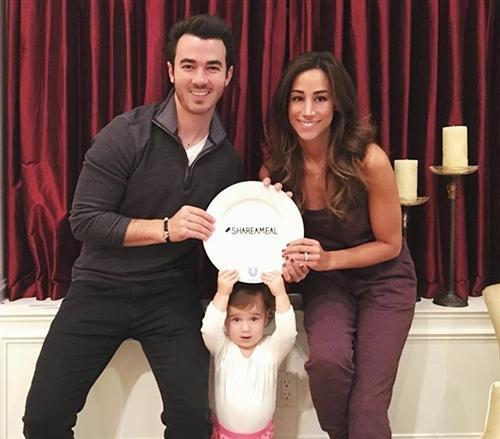 Кевин Джонас с женой и дочкой