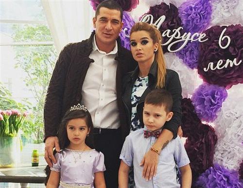 Курбан Омаров и Ксения Бородина с детьми