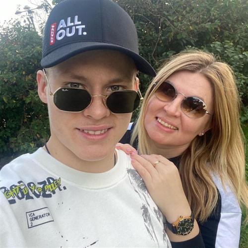 Хоккеист Матвей Мичков и его мама