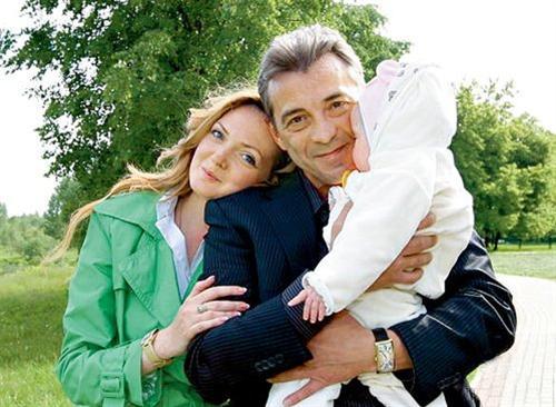 Николай Добрынин с женой и дочкой