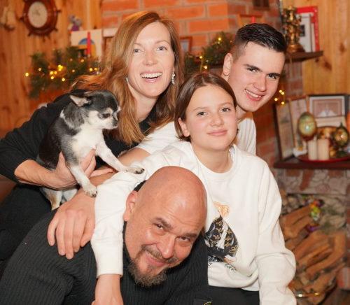 Сергей Трофимов с женой и детьми