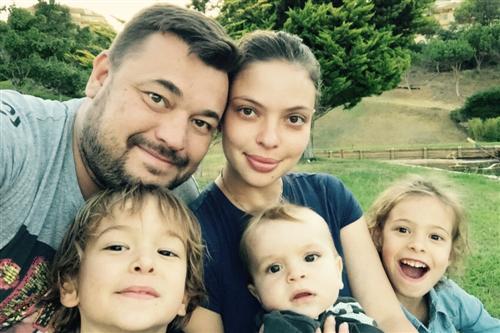 Сергей Жуков с женой Региной Бурд и детьми