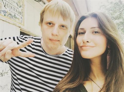 Стендап-комик Слава Комиссаренко и его девушка Алёна