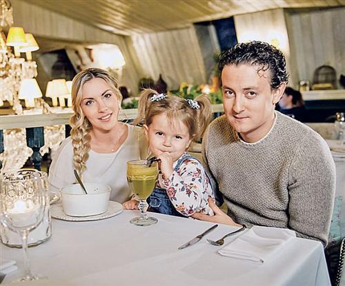 Стас Ярушин с женой и дочкой