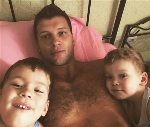 Участник Дом-2 Виктор Шароваров с детьми