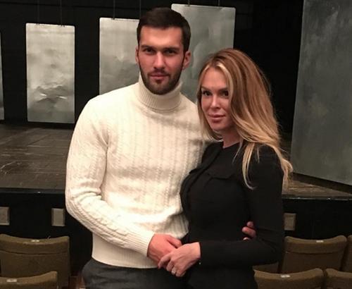 Бывшая жена Саркисова, похоже, рассталась с красавцем-актером